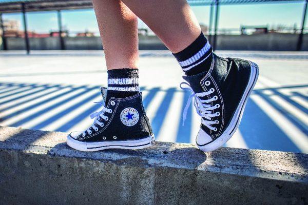 พรีออเดอร์จีนกับวิธีใส่รองเท้าผ้าใบคู่กับเสื้อผ้าให้ออกมาดูดี